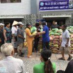 Dự án mua bán tủ, ghế.. giúp 100 người nhận gạo tại Cà Mau