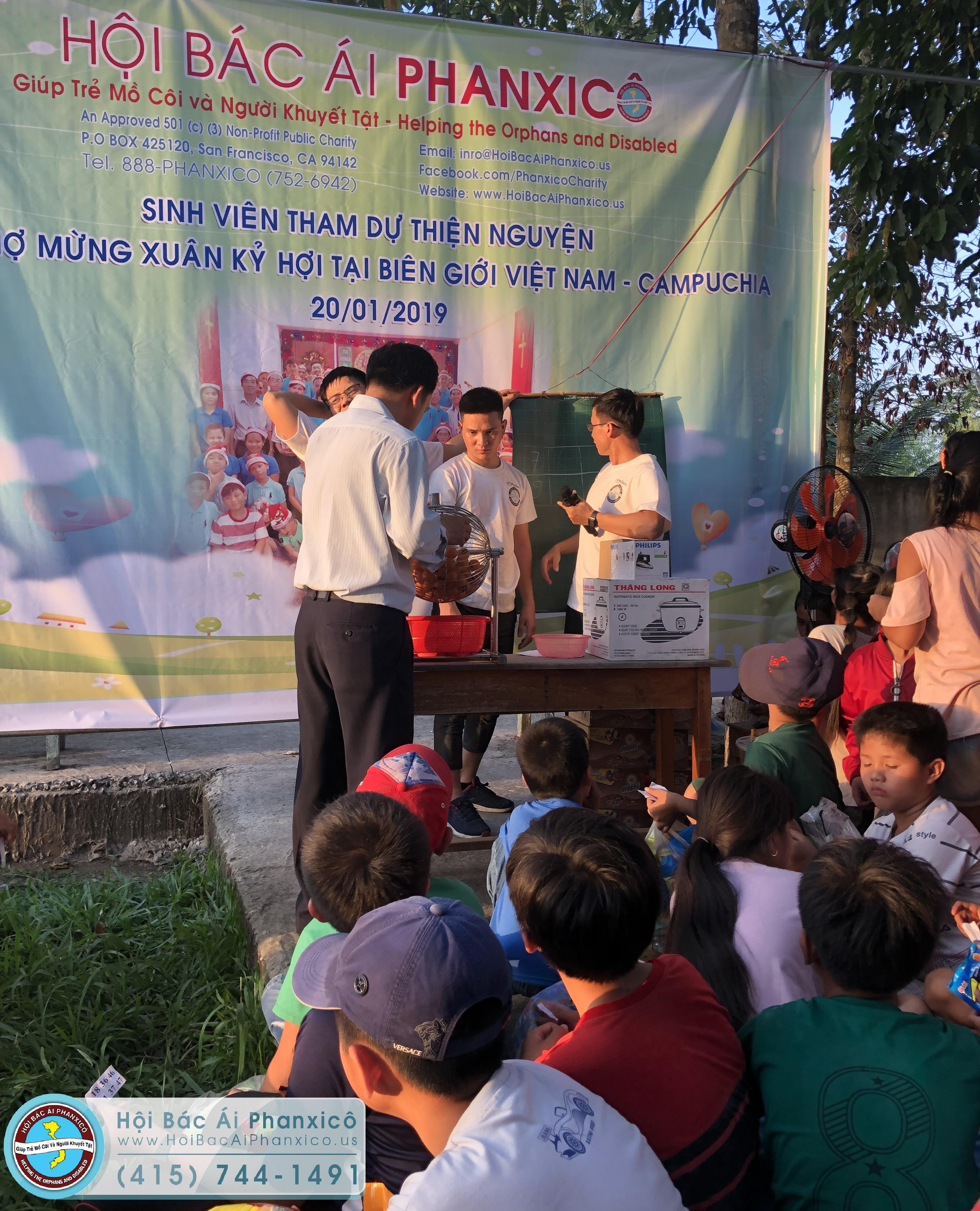 Sinh viên của Hội mang niềm vui đến học sinh nghèo