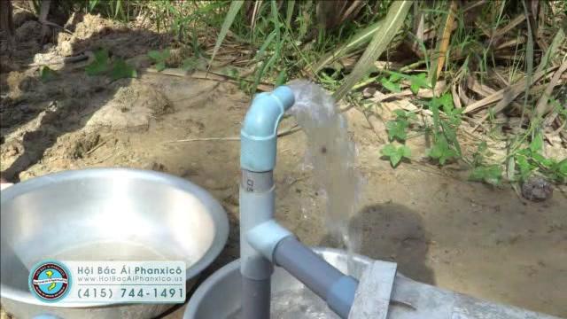 10 gia đình nghèo với niềm vui có cây nước sạch