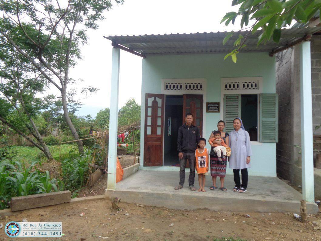 Gia đình sắc tộc nghèo có được căn nhà mới