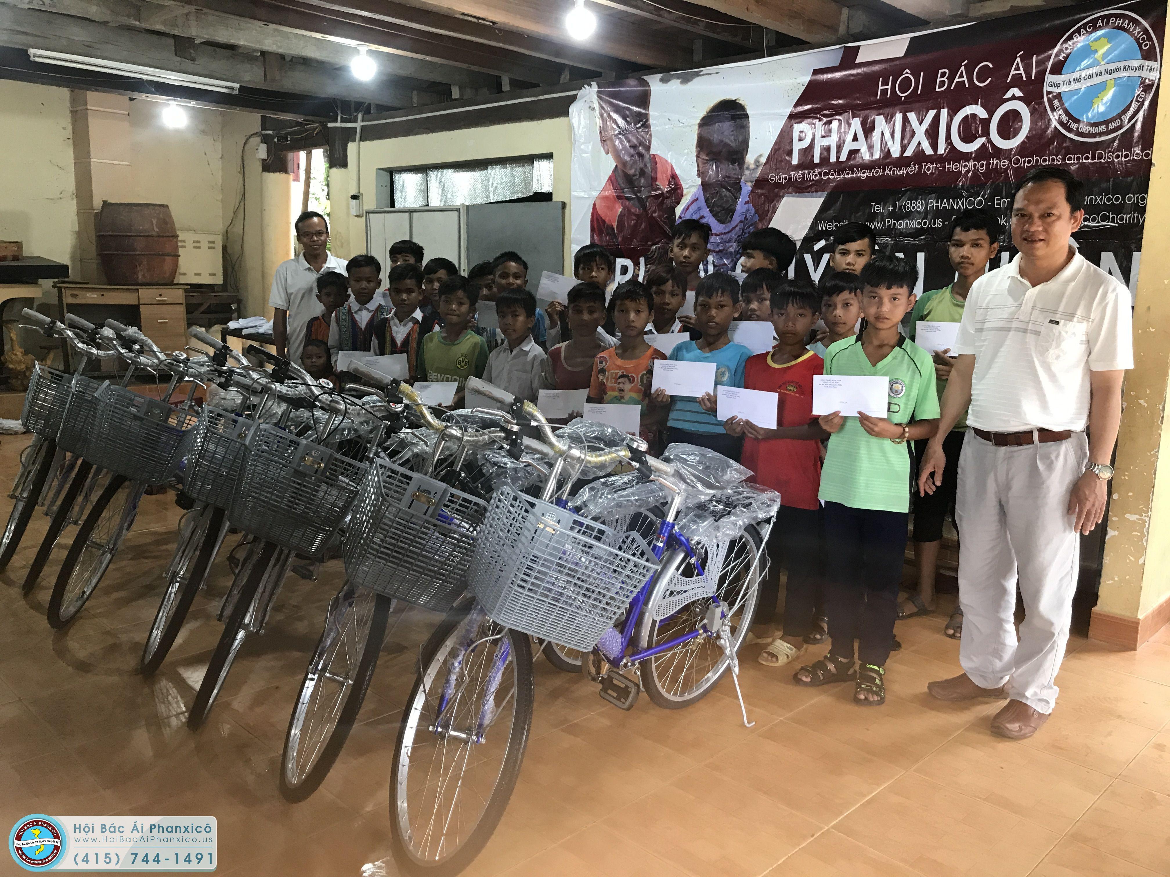 Giúp các em sắc tộc vùng mưa bão được vui đến trường
